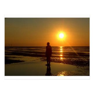 Sculpture en hommes de fer au coucher du soleil, C Carte Postale