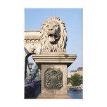 Sculpture en lion sur le pont à Budapest Toile Tendue
