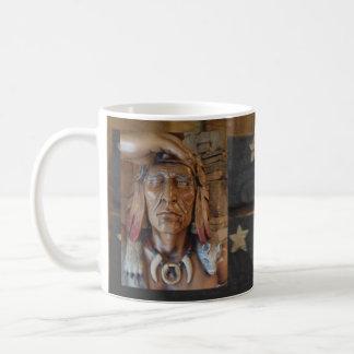 Sculpture indienne indigène avec des plumes de mug