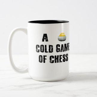 Se courbant, une tasse froide de partie d'échecs