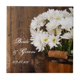 Seau en bois et mariage campagnard de marguerites petit carreau carré