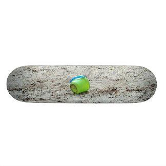 Seau vert en plage de sable, planche à roulettes skateboard 21,6 cm