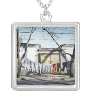 Séchage de blanchisserie sur des cordes à linge pendentif carré