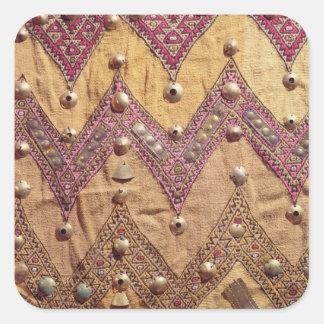 Section de tissu brodé avec des plaques d'or sticker carré