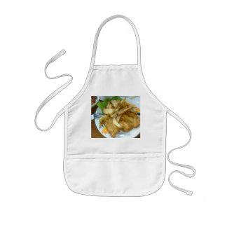 Seins rôtis de poulet avec les pommes de terre tablier enfant
