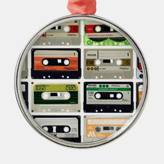 Seize cassettes audios ornement rond argenté