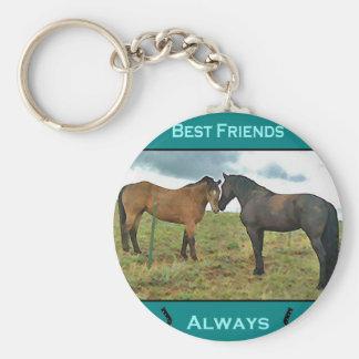 Sentiment de meilleurs amis avec des chevaux porte-clé rond