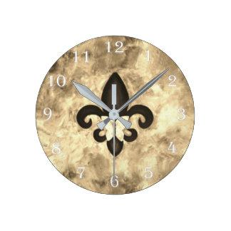 Sépia têtue Brown Butterfly Fleur de Lis de décor Horloge Ronde
