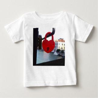 serrure d'amour à Venise T-shirt Pour Bébé