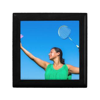 Service colombien de femme avec la raquette de petite boîte à bijoux carrée