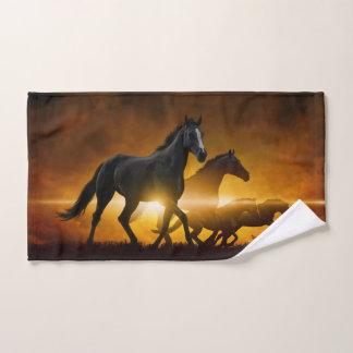 Serviette de main noire sauvage de chevaux