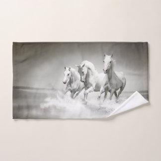 Serviette de main sauvage de chevaux blancs