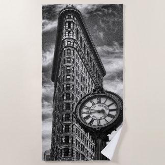 Serviette De Plage Bâtiment et horloge de Flatiron en noir et blanc