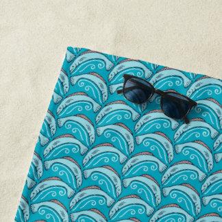 Serviette de plage bleue sautante de poissons