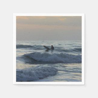 Serviettes En Papier Le surfer attend