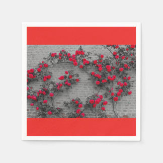 Serviettes Jetables les roses s'élèvent sur les serviettes de papier