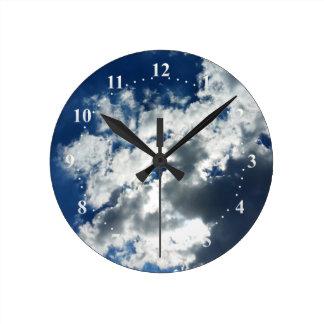 Seulement nuages horloge ronde