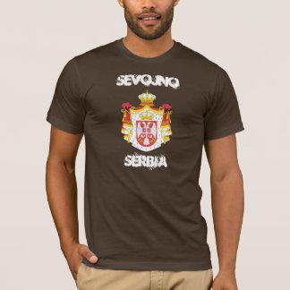 Sevojno, Serbie avec le manteau des bras T-shirt