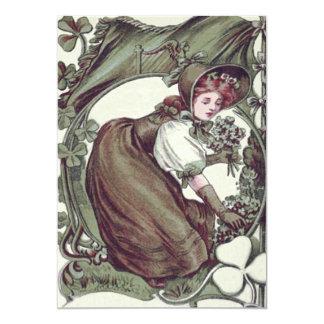 Shamrock de shamrocks de cueillette de femme carton d'invitation  12,7 cm x 17,78 cm