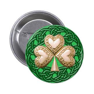 Shamrock d'or sur le bouton celtique de noeuds pin's