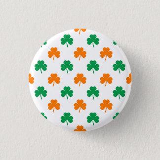 Shamrocks en forme de coeur verts oranges sur le badges