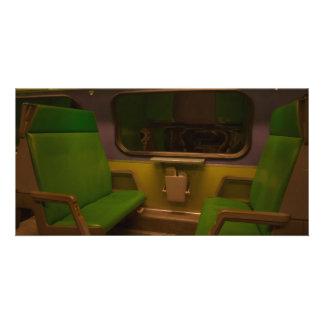 Sièges vides sur le train de nuit - photo jaune ve photocarte personnalisée