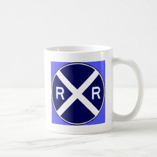Signe bleu et blanc de croisement de chemin de fer mug