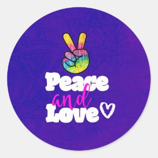 Signe de paix et de paix de main d'arc-en-ciel de sticker rond