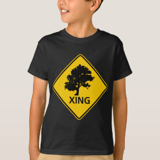 Signe de route de croisement d'arbre t-shirt