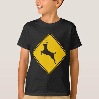 Signe de route de croisement de cerfs communs t-shirt