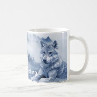 Silencieusement observant… Tasse de chien de loup