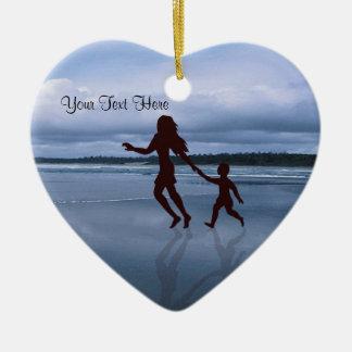 Silhouette avec du charme de mère et de fils à la ornement cœur en céramique
