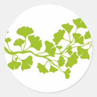 silhouette d'arbre de ginkgo avec le feuille vert sticker rond