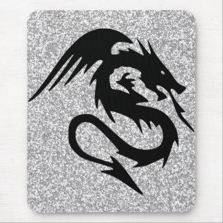 Silhouette de attaque de dragon sur l'argent tapis de souris