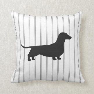 Silhouette de chien de teckel sur des rayures coussin décoratif