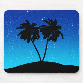 Silhouette de palmier sur même le bleu avec des tapis de souris