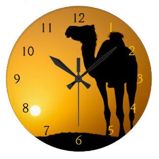 Silhouette d'un chameau sauvage au coucher du sole grande horloge ronde