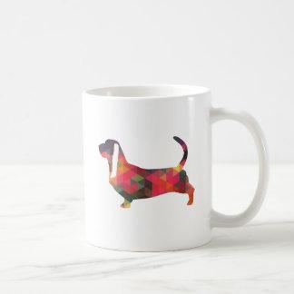 Silhouette géométrique colorée de motif de Basset Mug