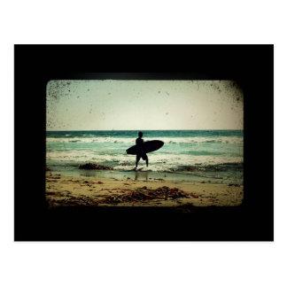 Silhouette vintage de surfer de style carte postale