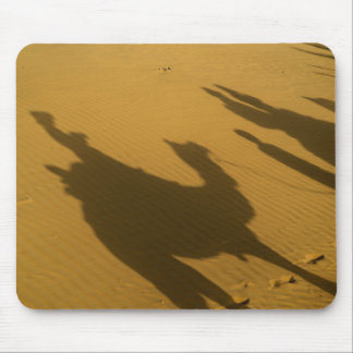 Silhouettes de chameau sur des dunes de sable, dés tapis de souris