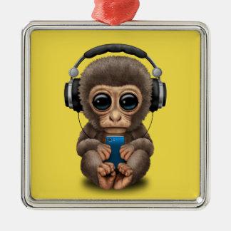 Singe de bébé avec les écouteurs et le téléphone ornement carré argenté