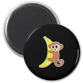 singe mignon de bébé sur la banane aimant