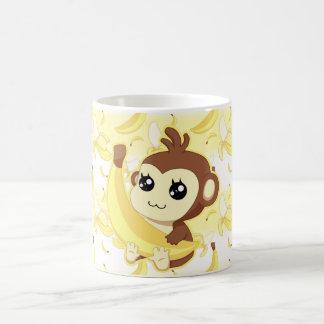 Singe mignon de Kawaii tenant la banane Mug Blanc