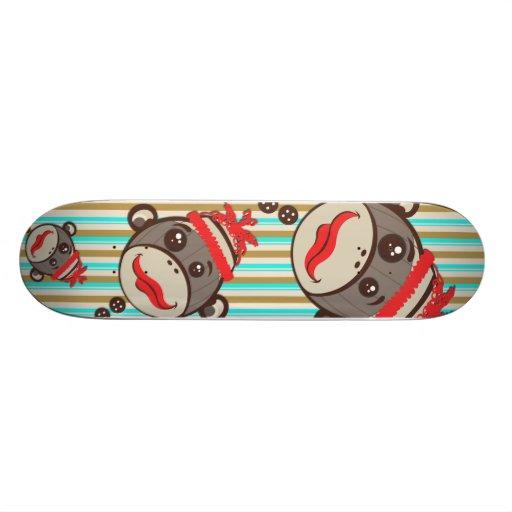 Singes fous de chaussette de chapeau sur une planc skateboard customisable