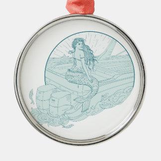 Sirène se reposant sur le dessin de bateau ornement rond argenté