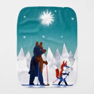 Ski mignon d'ours et de Fox sous des étoiles dans Linges De Bébé