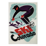 Skieur noir et par pourpre vêtu poster