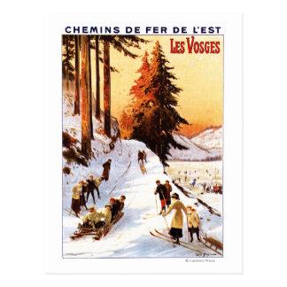 Sledding et skier à l'affiche de VOSGES Carte Postale
