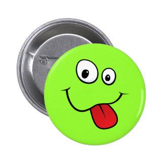 Smiley maladroit drôle collant sa langue, verte badge avec épingle