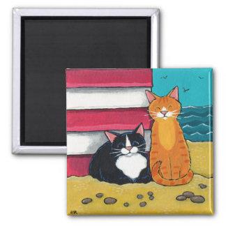Smoking heureux et chat tigré sur la plage magnet carré